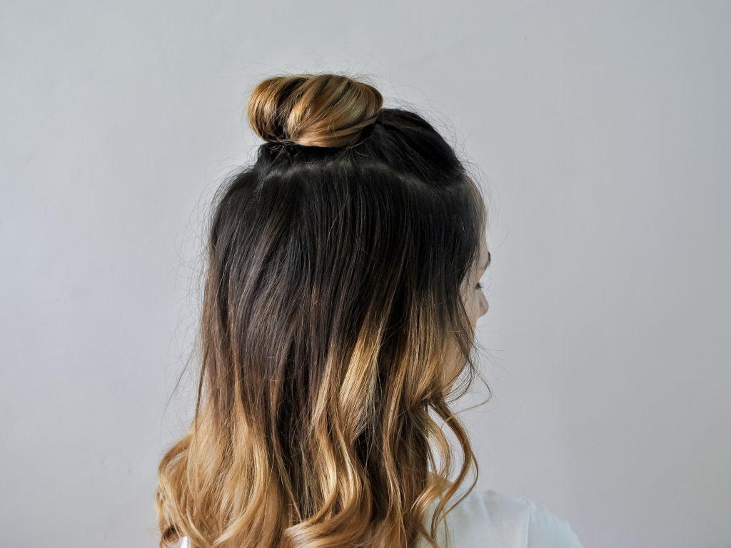 Кок в горната част на косата
